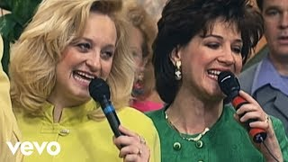 getlinkyoutube.com-Bill & Gloria Gaither - Just Over in the Glory Land [Live] ft. The Hayes Family