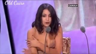 getlinkyoutube.com-ظهور صدر ليلي بطيش اثناء استلام الجائزه ومن فرحتها نسيت صدرها العاري