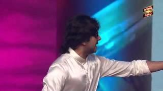 getlinkyoutube.com-Ayushman Khurana mimics Kishore Kumar at the 5th Royal Stag Mirchi Music Awards!