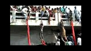 getlinkyoutube.com-Dramatic footage of India stampede, people using saris to escape