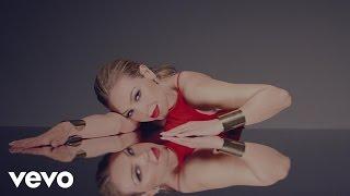 Thalía - Solo Parecía Amor (Official Video)