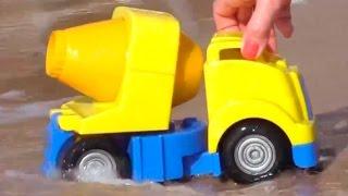 getlinkyoutube.com-Мультфильмы про рабочие машины на пляже: строим горку для малыша грейдера