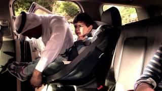 كيف يجلس الولدان مع الأم في السيارة؟