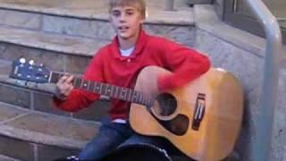 mungkin ada yg dari kalian belum pernah liat video ini....ini Justin Bieber sebelum terkenal.....saksikan yukk.... ;)