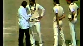 getlinkyoutube.com-Wasim Akram ignores umpire and tries to kill a #11 batsman
