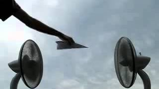 พัดลมสองตัวสามารถทำให้ เครื่องบินกระดาษลอยทรงตัวอยู่ได้