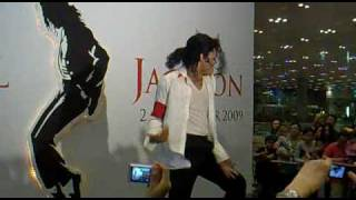 getlinkyoutube.com-Michael Jackson Best impersonator performs Black or white & Beat It !