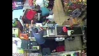 Cholo golpea a su novia en tienda, empleados lo detienen.