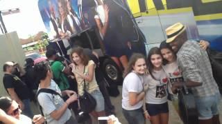 getlinkyoutube.com-Rebeldes em Bauru 07/04/2012 - Chegada do Ônibus com a Banda/Dançarinos