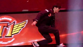 getlinkyoutube.com-Faker with some godlike Barrel Roll mechanics entering the stage!  SKT vs KOO Finals S5 Worlds!