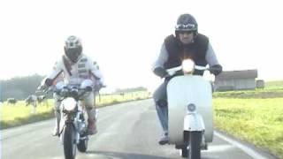getlinkyoutube.com-125ccm Duell -Vespa V50 vs Bpr Minibike- Harte Männer-Weiche Reifen - Kurzfilm