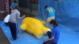 getlinkyoutube.com-暑い夏の日に女の子たちがゆるキャラの着ぐるみを塗装するよー!