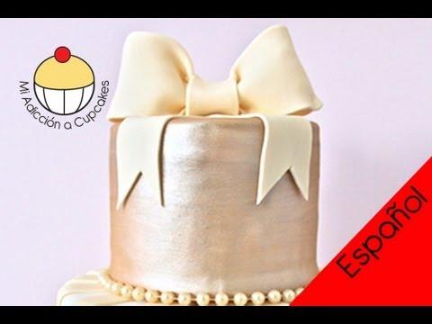 Haz un Lazo de Fondant para Tortas - Un Tutorial Práctico de Cupcake Addiction - MiAdiccionaCupcakes