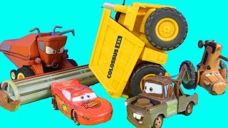 getlinkyoutube.com-Disney Pixar Cars Tractor Tipping Die Cast Set With Mater Lightning McQueen Frank Screaming Banshee