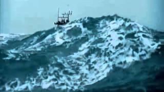 getlinkyoutube.com-شاهد سفينه تغرق وسط البحر مشهد مرعب
