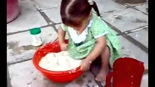 طفلة جميلة تعجن الخبز