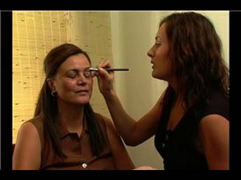 How to Put on Makeup : Applying Smokey Eye Makeup