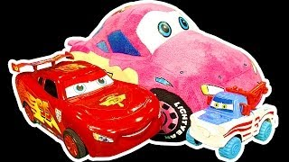 getlinkyoutube.com-Cars 2 Lightning McQueen Dark Side Knock Off Toys Ep1 Car Wrecking Smashing Crashing Trashing