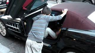 getlinkyoutube.com-Wealthy Arab SLR owner giving gypsy kid money.