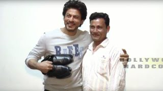 getlinkyoutube.com-Shahrukh Khan Meets With Shoemaker Fan At Raees Movie Promotion | 2017 |   Full Video