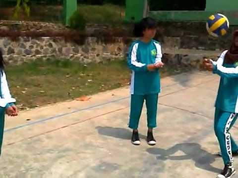 """Viendo el video """"Pemain Pemula Bola Voli Mini Praktek Berlatih Passing"""