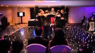 getlinkyoutube.com-7 اخوة في مفاجأة ليلة حفل زفاف أختهم