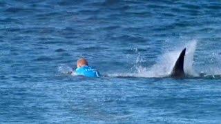 getlinkyoutube.com-El surfista Fanning se salva de milagro del ataque de un tiburón