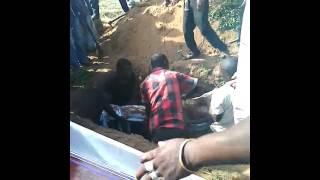 getlinkyoutube.com-Ndugu wazika mwili wa marehemu ambao sio wa ndugu yao.