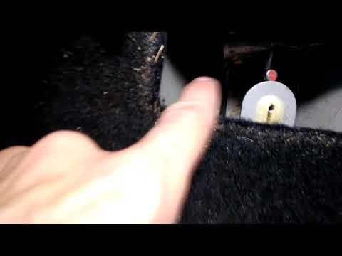 Где у Дачия Логан трос ручного тормоза