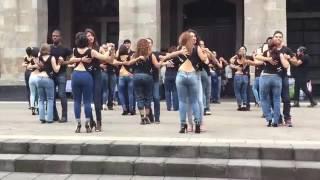 getlinkyoutube.com-Kizomba iniziano a ballare in strada e fanno impazzire tutti!