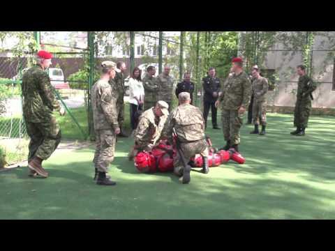 Канадские инструкторы тренируют украинских военных полицейских.
