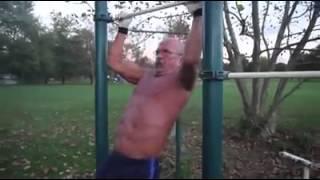 getlinkyoutube.com-Increible hombre de 64 años haciendo ejercicio pesado - el viejo mas joven