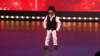 طفل عمره اربع سنوات يرقص اغنية غانغام ستايل ببراعة