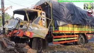getlinkyoutube.com-Hino VS Fuso Truck Crash Ring Road