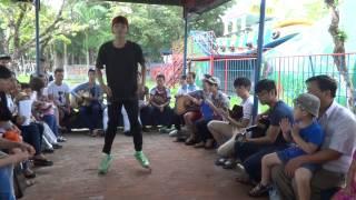 getlinkyoutube.com-chàng trai nhảy CƠN MƯA NGANG QUA cực đỉnh với bao chân NILON cá tính gây SỐT