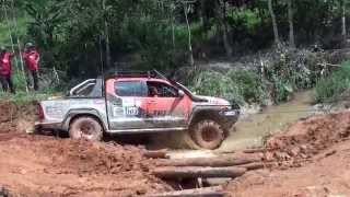 getlinkyoutube.com-Toyota Hilux River Crossing 2013 4x4 ( MORExtreme ).Malaysia