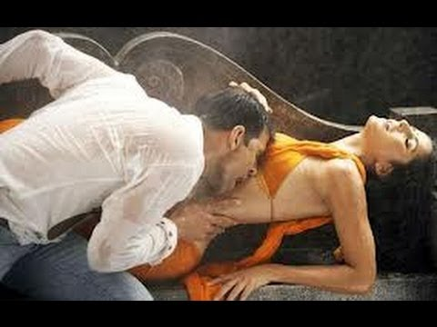 New Akshay Kumar kissing Katrina Kaif on her boobs, extremely hot.