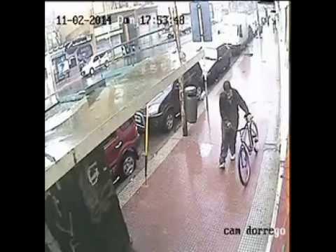 Ladron totalmente drogado sube a los techos