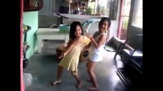 getlinkyoutube.com-Dancing two little girls twerk it like miley