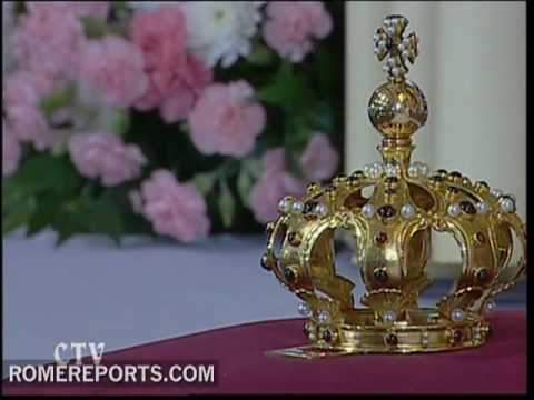 Infant Jesus of Prague dons Pope's crown