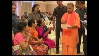 मा० मुख्यमंत्री श्री योगी आदित्यनाथ जी जनता दर्शन कार्यक्रम में जनता की समस्याएं सुनते हुए।