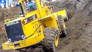 getlinkyoutube.com-RC Caterpillar 988F! 120 kg (!!!) wheel loader in 1:8 scale! BIG and heavy!