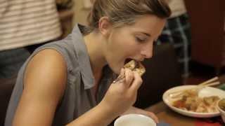 "getlinkyoutube.com-外國背包客挑戰台灣小吃 - 臭豆腐, 豬血糕, 羊肉串, 鴨血 :""Foreigners challenge Taiwanese Food"""