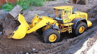 getlinkyoutube.com-RC ADVENTURES - 1/14 Scale Earth Mover 870K Hydraulic Wheel Loader - Backyard Fun