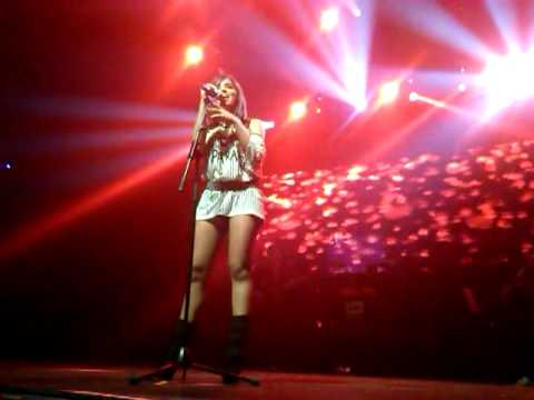 Anitta corre de bebado no palco da i9