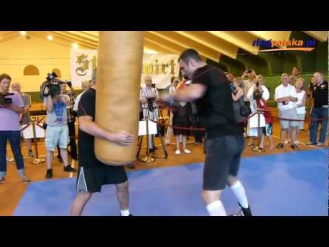 Przed Adamek - Kliczko: Vitali Klitschko working on heavy bag (full) – kopia
