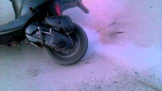 getlinkyoutube.com-Suzuki Lets 2 палит резину!!!