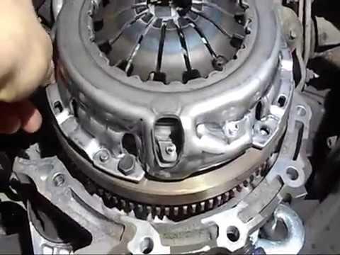 Где находятся в Тойота Vitz направляющие втулки клапанов