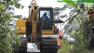 getlinkyoutube.com-Excavator Komatsu PC130F Compactor Hamm 3410 Crawling Together