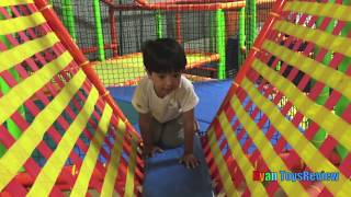 getlinkyoutube.com-Indoor Playground Family Fun Play Area for kids Giant inflatable  Slides Children Play Center